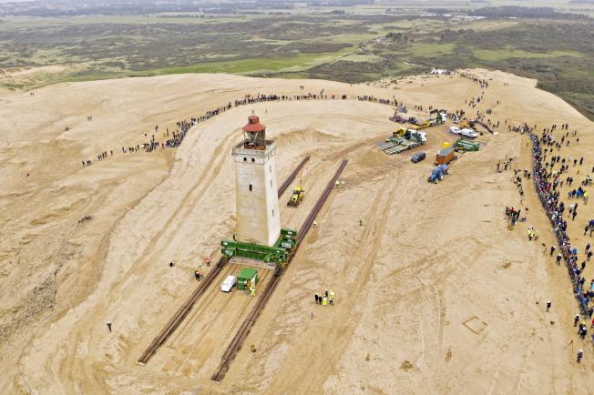 丹麥北部沿海一座古老的燈塔,因為海岸線侵蝕,面臨葬身大海的危險。為了拯救這座燈塔,丹麥決定給燈塔搬家,往內陸遷移60公尺。歐新社