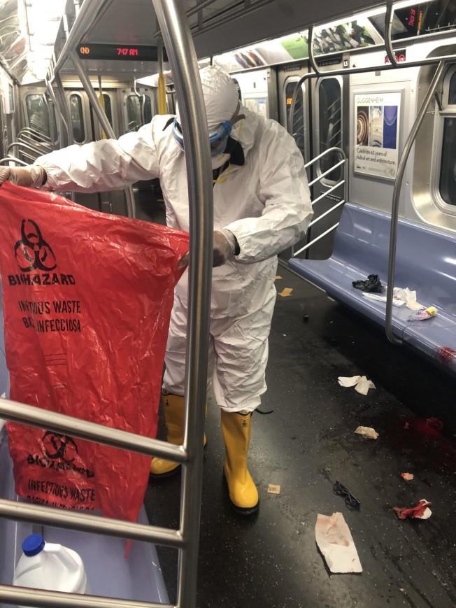 工作人員身穿全套隔離服,手持印有「生物危害」的袋子在車廂內進行善後工作,座椅及地上可見血跡及沾血的衛生紙。TrainTrash/Nelson Rivera