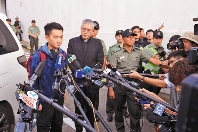 香港聖公會教省秘書長管浩鳴表示,台灣殺人案疑犯陳同佳23日及24日不會啟程前往台灣「自首」。圖為陳同佳23日上午出獄後,向媒體簡短發言,並兩度鞠躬。(美聯社)
