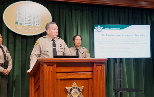 洛杉磯縣警局局長維拉紐瓦指出,數據表明,SB54「加州價值法」(California Values Act,俗稱庇護州法)會導致犯罪率上升的說法不成立。(記者陳開/攝影)