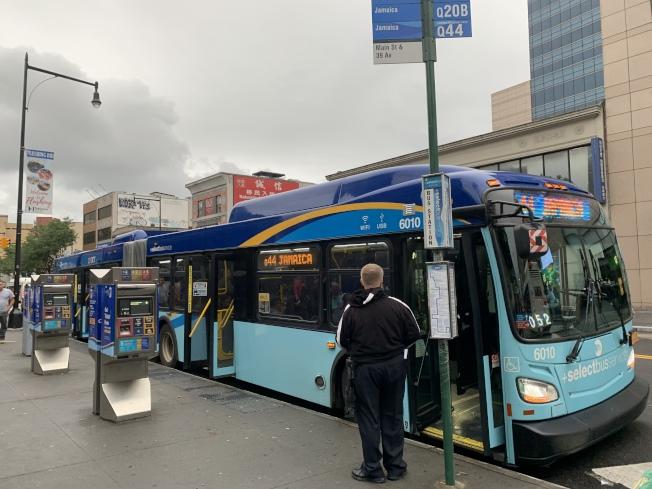 MTA日前在皇后區打造特選公車專用洗車場,不料竣工才發現設計空間過窄,無法作業成為烏龍工程。(本報記者/攝影)