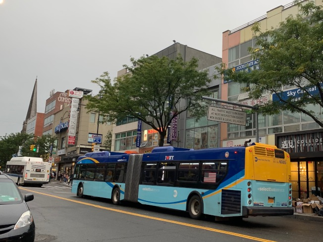 清洗長60呎的特選公車較一般清洗40呎的普通公車流程複雜。(本報記者/攝影)