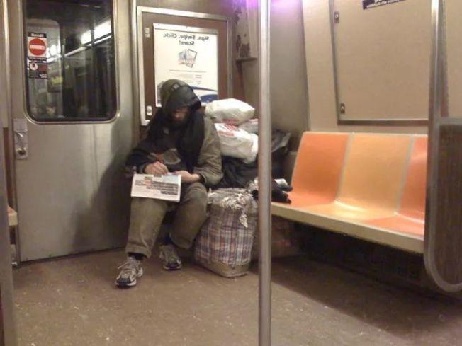 地鐵車廂「搖一搖」 警方今年已叫醒10萬乘客。(記者張晨/攝影)