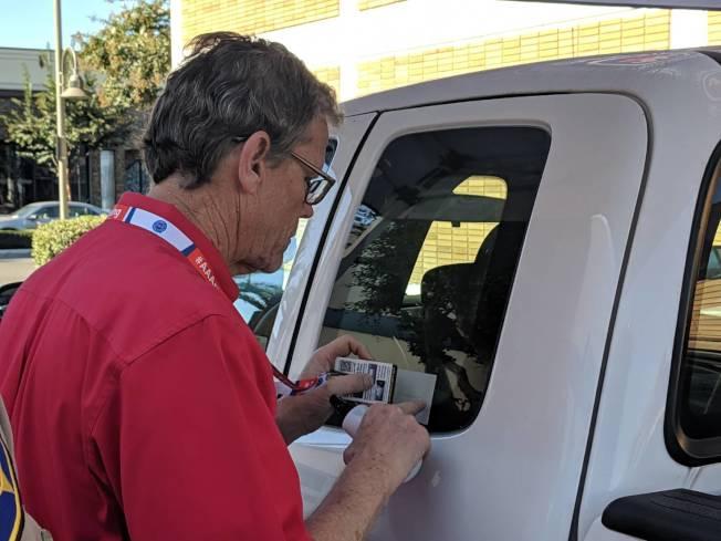 車窗蝕刻只需要花你六分鐘,就能讓你的車安全指數UP。(記者 蕭永群/攝影)