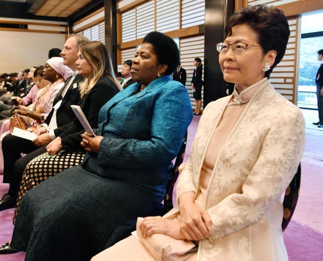 圖為特首林鄭月娥(右)獲邀出席日皇登基典禮。(美聯社)