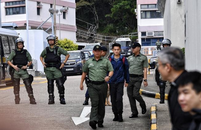 10月23日上午9時,涉及台灣殺人案的疑犯陳同佳(藍色風衣者)當日刑滿於香港壁屋監獄獲釋。(中通社)
