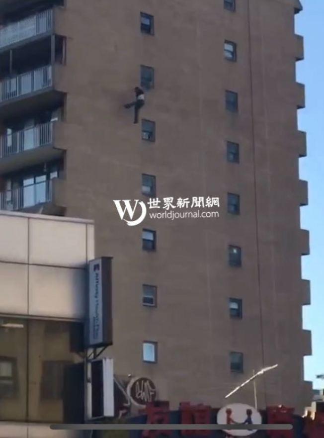 一名有精神病史的白人男子23日從15層高樓跳下,雖一度試圖抓住阻擋物,但為時已晚,最後不治身亡。(讀者提供)