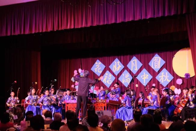 團員們精彩表演,華洋民眾同樂。(小時代中文學校提供)