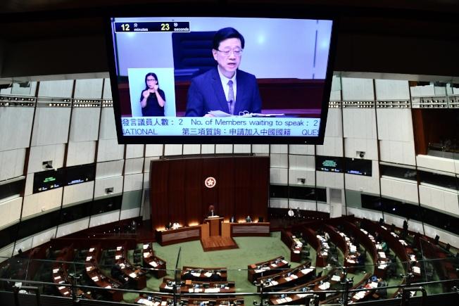分析人士說,撤換林鄭月娥代表北京某方勢力的想法,也反映北京高層之間的分歧。圖為香港保安局局長李家超在香港立法會宣布正式撤回「逃犯條例」修訂草案。 (中通社)