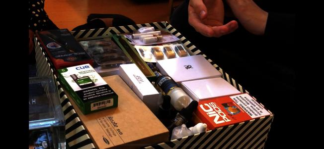 林亞立收集的各類電子菸用於調查研究。(記者王若然/攝影)