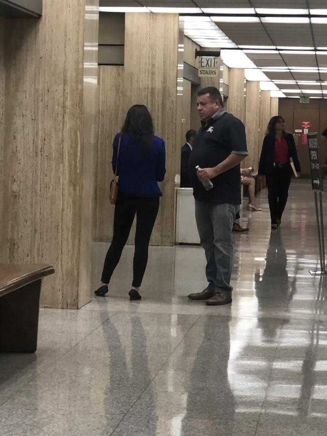 張厚蓉(左)原定24日舉行的「保釋金來源聽證會」取消,她仍處於羈押狀態。圖為張厚蓉此前交保後出庭的背影照。(本報資料照片)