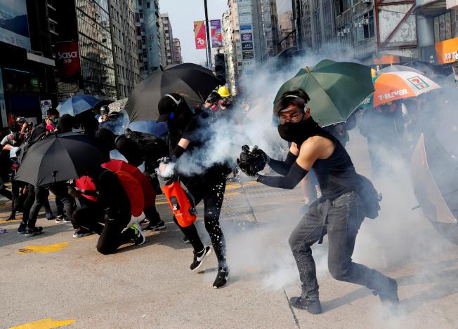 反修例運動引發連串抗爭,有在港的美國企業擔心難吸引人才,不過仍有75%會員企業會繼續留港工作,因他們認為難找到與香港相似的營商環境。(路透)