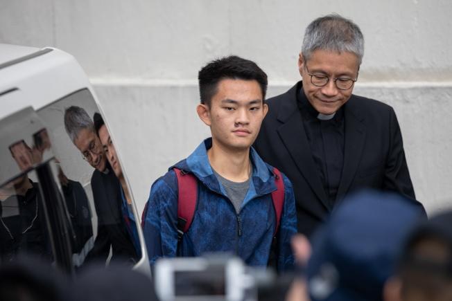 涉嫌在台殺害女友的港男陳同佳(左),將於何時赴台投案及其投案方式,受到台港兩地社會關注。(歐新社)