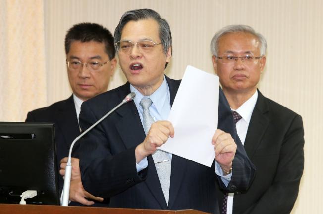 陸委會主委陳明通(中)24日表示,已經跟香港建立管道,陳同佳可以來投案了。(記者胡經周/攝影)