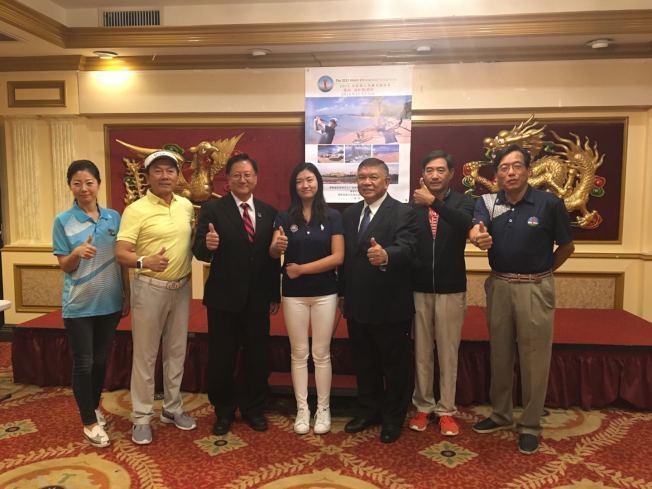 華裔張斯洋(中)是全美高球女子青少年排名第一選手,準備赴台灣、海口市參加高球比賽,全球華人高爾夫協會主席江啟光(右一)、榮譽主席沈時康(右三)等為張斯洋舉辦行前記者會。(記者啟鉻╱攝影)