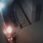 民宅危機!電動機車放樓梯間充電 15秒連爆3次火光