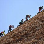 搶攀烏魯魯遊客多如「螞蟻」留下滿地垃圾、糞便
