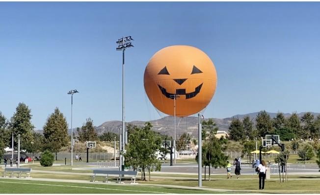 橙縣大公園及標誌熱氣球。(記者尚穎/攝影)