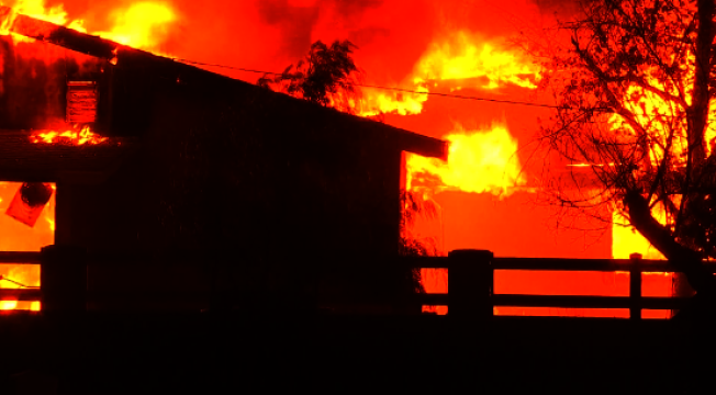 聖塔克拉利塔(Santa Clarita)Tick山火24日晚至25日清晨焚毀林地面積上升到4300畝,至少六棟房毀於大火。(李若提供)