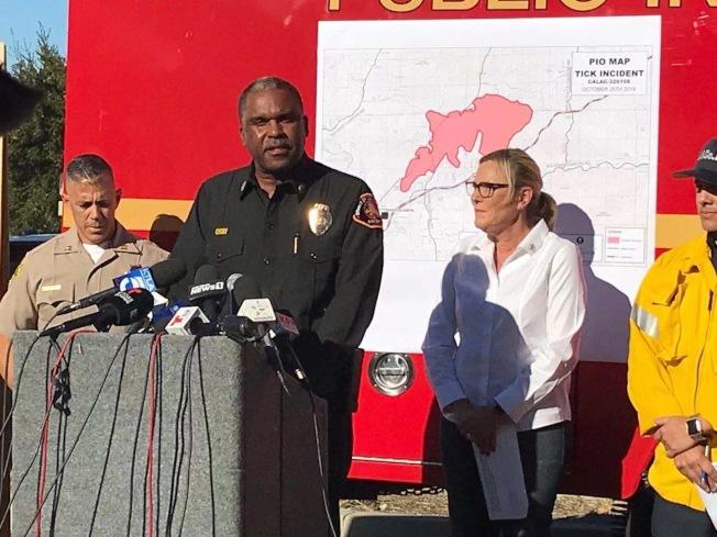 洛杉磯縣消防局長Osby(左二)25日在記者會上呼籲民衆隨時注意大火延燒動態,避免將自己處於危險當中。(李若提供)
