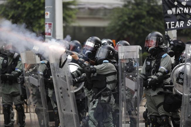 反送中運動以來,警民頻頻爆發衝突,不少網民發布警員及其家屬的個資,高院25日頒下臨時禁制令。(美聯社)