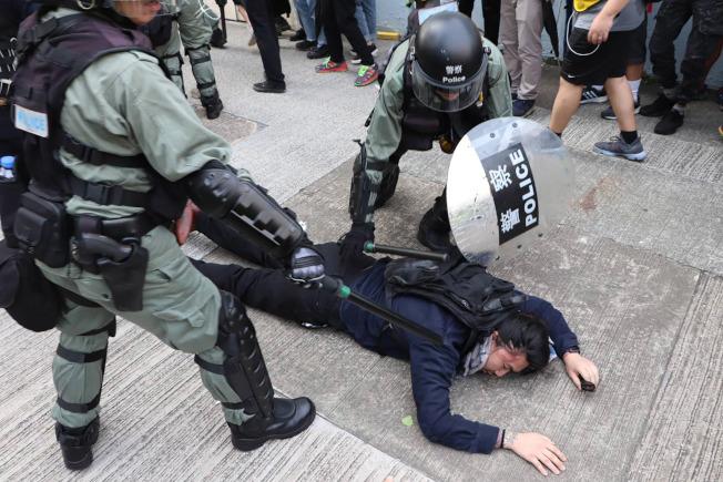 反送中運動以來,警民頻頻爆發衝突,不少網民發布警員及其家屬的個資,高院25日頒下臨時禁制令。(中央社)