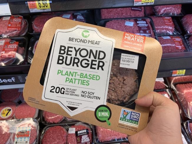 在沃爾瑪貨架上的人造漢堡肉餅Beyond Meat。   (記者王子銘╱攝影)