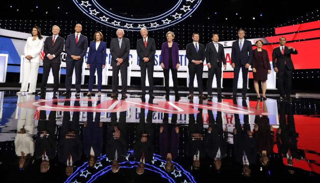 民主黨全國委員會(DNC)25日再度調高總統參選人12月辯論的門檻,類似圖中本月12人同時當上辯論台的畫面可能不再出現。(美聯社)