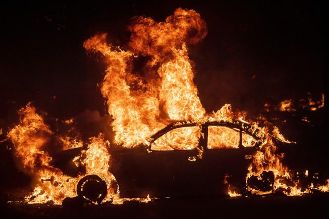 加州野火過處,房屋、汽車…全部遭劫。(美聯社)