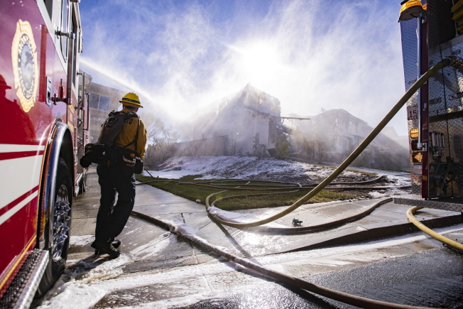 北加州野火燒向居民區,圖為消防員奮力灌救一棟房屋。(歐新社)