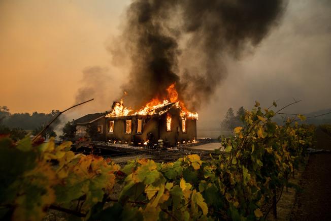 北加州酒鄉蘇諾瑪縣一棟民宅被野火吞噬。(美聯社)