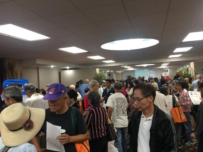 世界日報洛杉磯社舉辦「健保開放註冊論壇」,現場人潮湧動。(記者王全秀子/攝影)