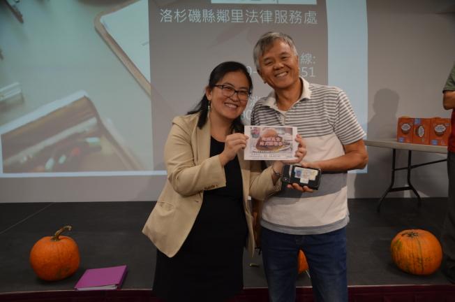 洛縣鄰里法律服務處律師傅宗玲(左)為幸運民眾頒獎。(記者王全秀子/攝影)