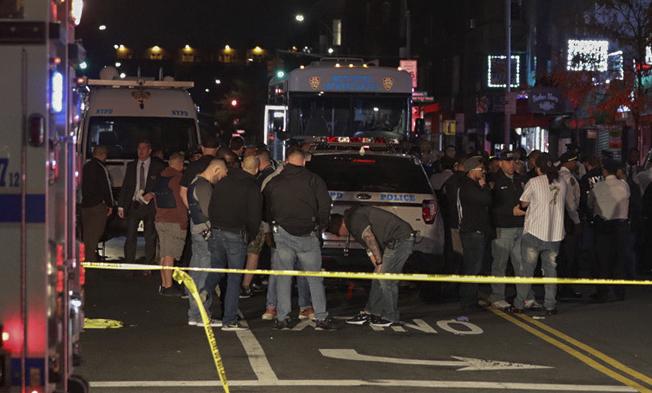 非洲裔小販阿順進華人美甲店內持椅襲警,被當場擊斃;案發後大批警員趕到。(美聯社)