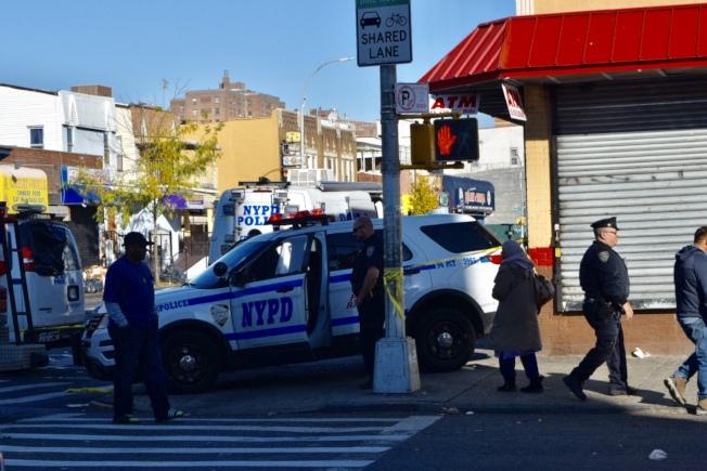 非洲裔小販阿順進華人美甲店內持椅襲警,被當場擊斃;案發次日現場仍被封鎖,大批警員駐守。(記者顏潔恩/攝影)