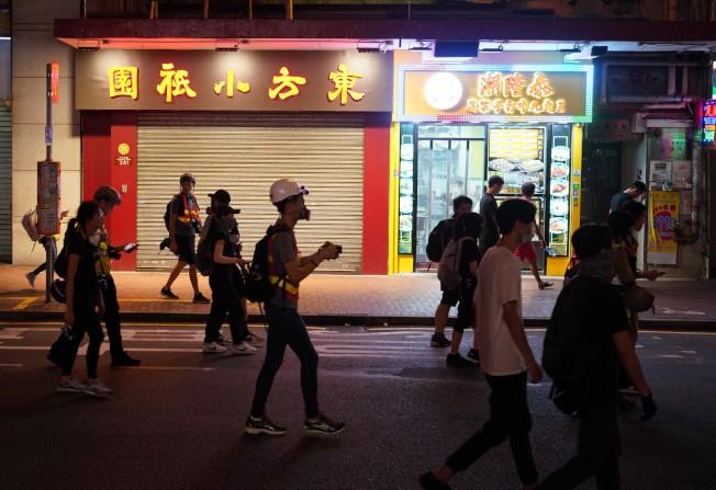 香港7月至9月失業率為2.9%,與上ㄧ季數字相同。但餐飲服務活動業的失業率大幅上升至6.0%,為6年來的高位。圖為香港灣仔多家餐廳因示威活動提前打烊。(中通社)