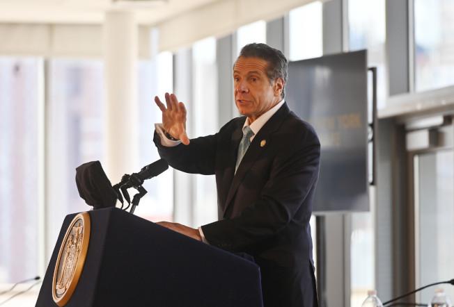 州長葛謨在曼哈頓宣導「紅旗法案」,指此法能有效預防校園槍擊案在紐約發生。(州長辦公室提供)