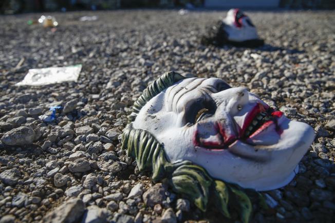 德州農工大學商學院學生26日晚在校外舉行派對時,發生槍擊案;案發後遺留在現場的萬聖節面具。(美聯社)