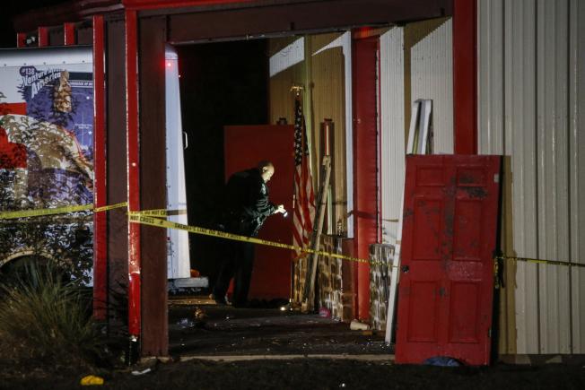 德州農工大學商學院學生26日晚在校外舉行派對時,發生槍擊案;案發後警方封鎖現場進行蒐證。(美聯社)