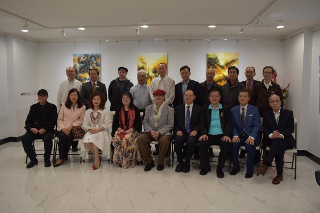 紐約藝術館27日舉辦「周年誌慶、羅若娜油畫作品展」,並與中國廣州雅趣藝術館結盟姐妹館。(記者顏嘉瑩/攝影)