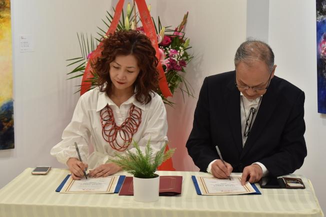 馬子穎(左)和區景祥簽署紐約藝術館與雅趣藝術館的結盟合約。(記者顏嘉瑩/攝影)