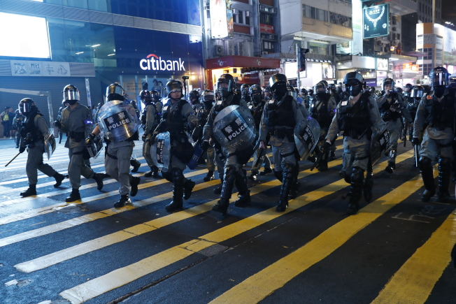 香港媒體報導,香港警方計畫重新聘用退休警務人員,數量可能多達千人,而且不排除派往最前線對付「反送中」抗爭。圖為港人27日發起「追究警暴」集會,再度遭警方強力清場。(歐新社)
