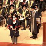 兩名女畢業生戴口罩 理大校長拒握手