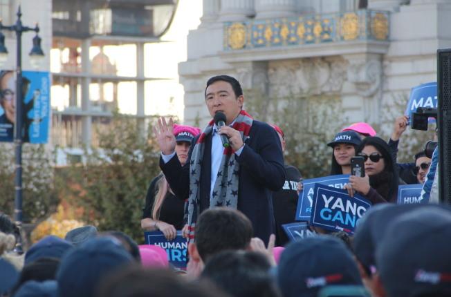 楊安澤在舊金山市政廳前舉行集會,數百支持者歡呼。(記者李晗/攝影)