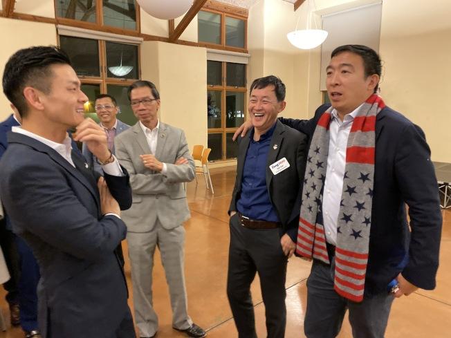 楊安澤(右)到南灣造勢,羅達倫(左)也前往支持。右二為孫曉光。(記者李榮/攝影)