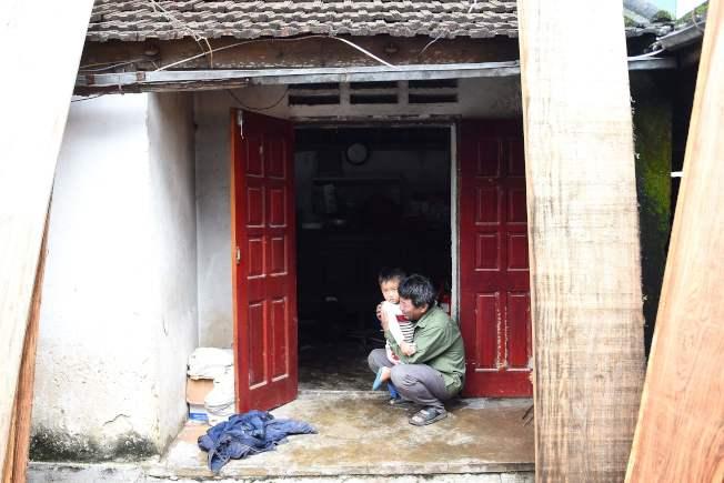 Le Van Ha的父親抱著孫子痛哭。與Bui Thi Nhung相似,他們一家來自義安省(Nghe An)農村。(Getty Images)
