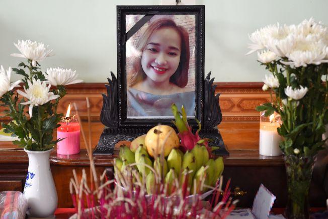 疑似在英國貨櫃車尸案之中喪命的越南女子Bui Thi Nhung。家人為她建起靈堂。(Getty Images)