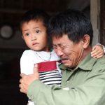 〈圖輯〉 越南父疑在英貨櫃案失兒 抱孫痛哭:他只想分擔家計