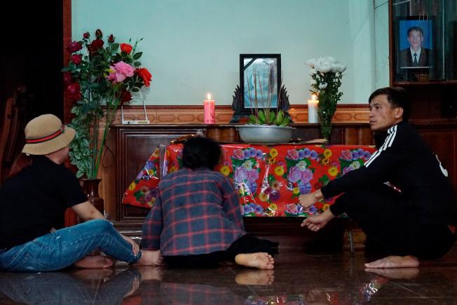 19歲的越南女子Bui Thi Nhung的家人守在她的靈堂前,中間一位是她母親。Nhung的家人來自越南義安省。(美聯社)