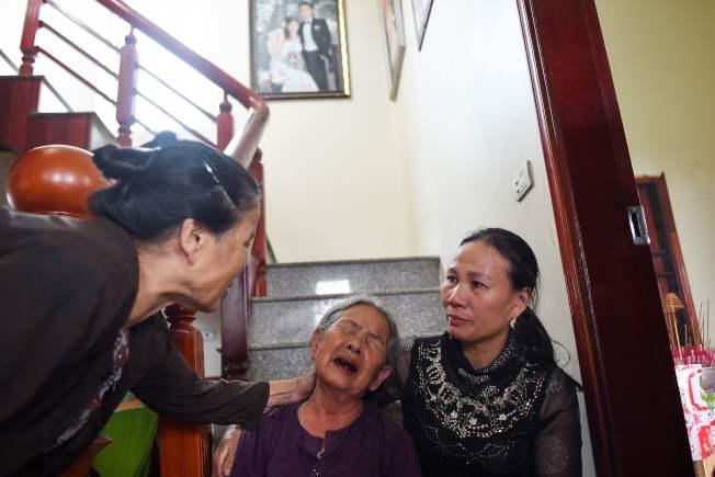 Le Van Ha的奶奶(中間)因孫子可能在英國貨櫃車中喪命,悲傷大哭。(Getty Images)